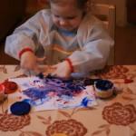 Top Kates pats pirmais zīmējums ar pirkstiņkrāsām.