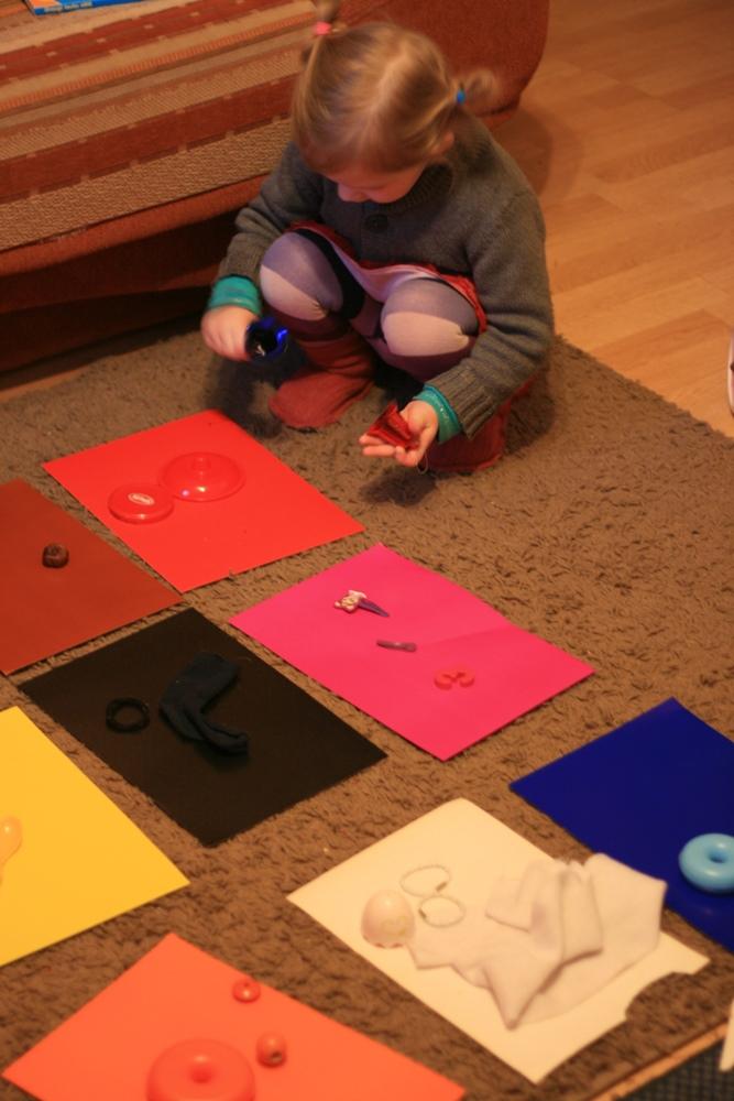 Kate izvērtē krāsu atbilstību.
