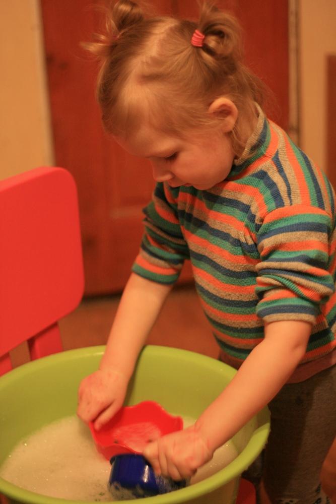Katei negaidīts prieks, kad mamma noliek priekšā bļodu ar ziepjūdeni, lai atmazgātu ar flomasteru sazīmētās rokas.