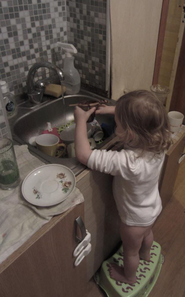 Palīgs trauku mazgāšanā.