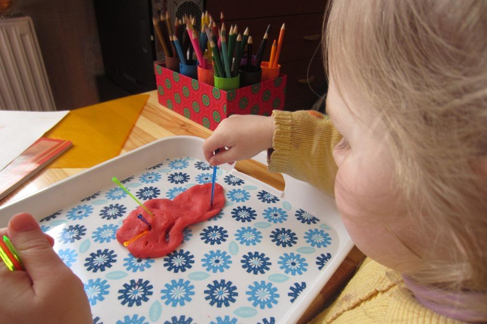 Pirmās receptes play dough un uzkodu kociņi.