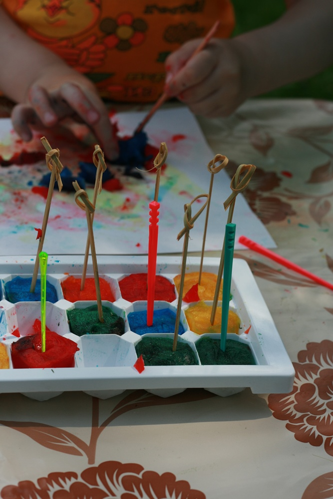 Sasaldētās krāsas - vislabāk būtu izmantot saldējuma kociņus, bet es šoreiz izlīdzējos ar uzkodu kociņiem. Tos iespraudu krāsās neilgi pēc krāsu ielikšanas saldētavā, kad masa bija jau nedaudz sacietējusi.
